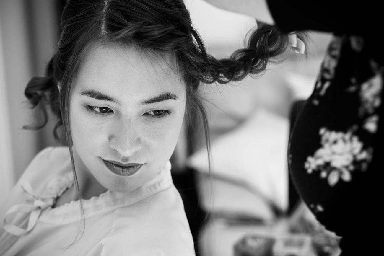 préparatifs de la mariée avec la coiffure