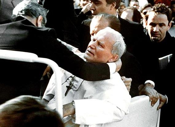 Papież raniony kulą - zamach na Pl. św. Piotra 13 maja 1981
