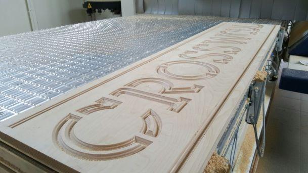 Lavorazioni su legno, plastiche e metalli teneri con centri di lavoro a tre e cinque assi