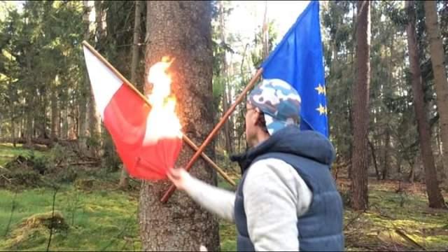 Przedstawiciel LGBT pali podczas święta flagę Polski