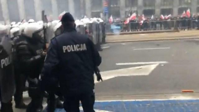 Marsz o Niepodległość, Polacy nie posłuchali organizatorów i przyszli pieszo.