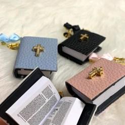 Anstecknadel mit Bibel inhalt 1Buchstabe