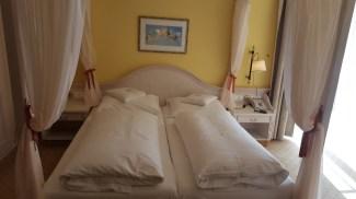 Schönes, großes Doppelbett