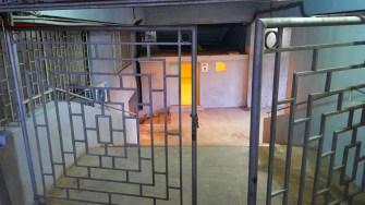 Durch eine Gefängnistüre zum Klo