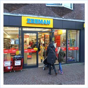 H&M Die hadden we ook niet in Sneek, toch zou ik de H&M best graag op Texel willen hebben. Ze hebben daarvaak leuke kleding zowel voor de kinderen als voor Daan en mij. Ook is het niet zo duur, wat voor de kinderkleding wel fijn is aangezien ze er zo weer uitgroeien of het gaat kapot, want tja erg zuinig zijn de kinderen niet op hun kleding. Een leuke winkel om af en toe even binnen te stappen.