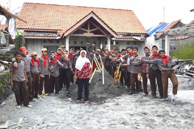 foto bersama warga korban bencana gunung kelud