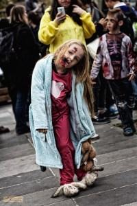 Creepy kid errant sur la place de la République pendant la Zombie Walk Paris 2014 (D.Stankovski)