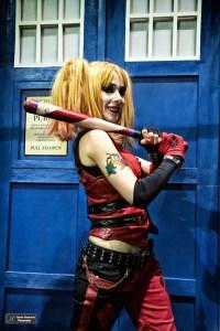 Harley Queen attend-elle le Docteur devant le Tardis ? (D.Stankovki)