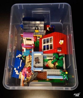 Le bac plastique permet de ranger par thème et conserver les constructions (presque) intactes.