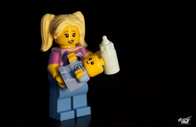 C'est déjà bien d'avoir un nourrisson LEGO dans les bras de la baby-sitter, mais j'avoue ne pas comprendre comment lui faire tenir pour lui donner le biberon… (D.Stankovski)