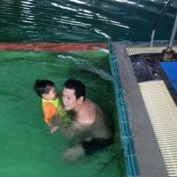 ฝึกลูกว่ายน้ำในสระ