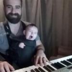 พ่อหาวิธีกล่อมลูกทารกจนหลับในสิ่งที่เขาถนัดที่สุด
