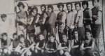 المرحوم «بادريس» يتوسط فريق كرة اليد بثانوية بومالن دادس نهاية السبعينيات