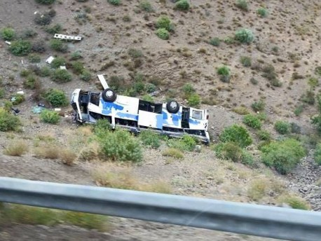مصرع شخص وإصابة 43 آخرين بجروح في حادثة انحراف حافلة عن مسارها بتيشكا