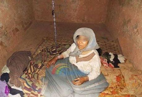الأغلال تُقيد «امرأة مختلة» بتنغير 27 عاما .. والفقر يضاعف الألم