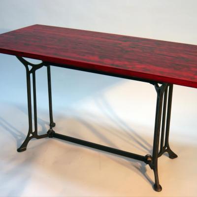 Mesa Arpa4 en hierro barnizado con sobre de madera dacpada en rojo de 120x70cm