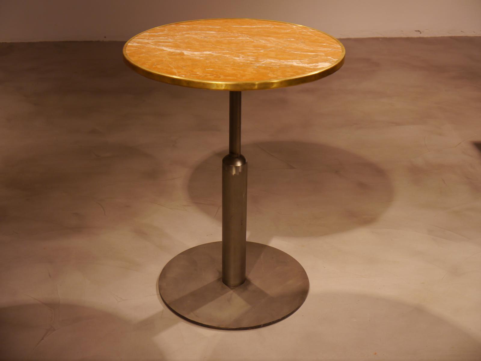 Mesa malcontenta Básic con estructura decapada y sobre de marmol alicante con aro de latón de 56cm