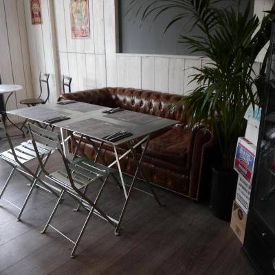 Instalación de mesa concorde rectangular con silla cafe paris