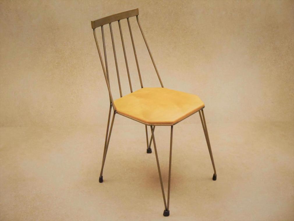 Silla Teia estructura hierro barnizado con asiento de madera