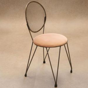 Silla Mariona con asiento tapizado terciopelo rosa y estructura hierro natural barnizado