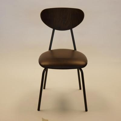 Silla colegio con asiento tapizado en sintético negro y respaldo acabado nogal estructura en manganeso