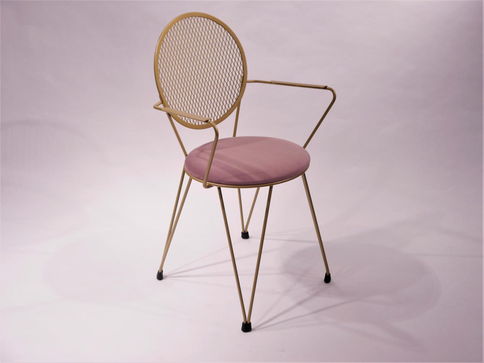Sillon Mariona estructura pintada dorada asiento tapizado en terciopelo naranja con falso capitone y botones