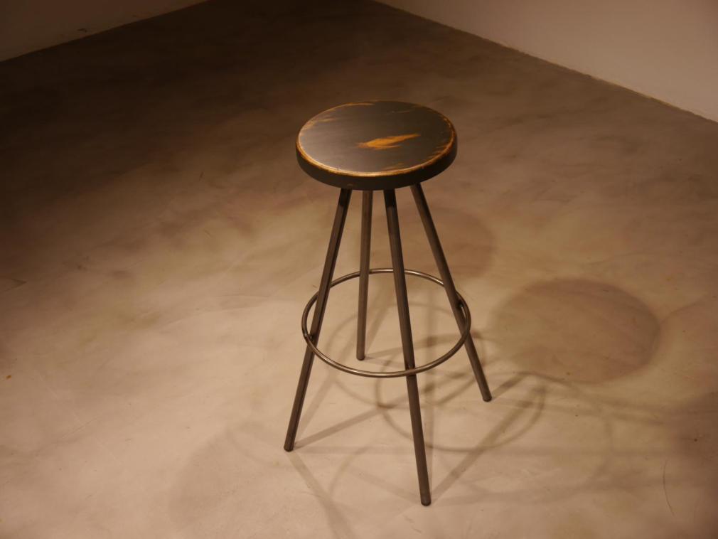 Taburete Ronin hierro barnizado con asiento de madera decapada en negro