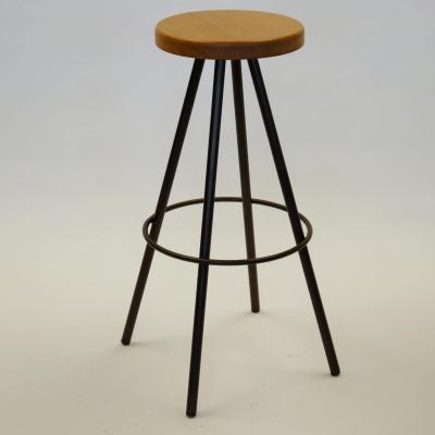 Taburete Ronin hierro barnizado asiento roble
