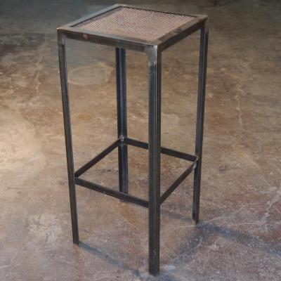 Taburete Angle de hierro con asiento de rejilla metálica
