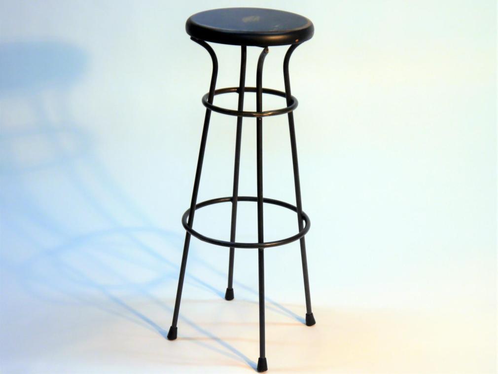 Taburete Dalton estructura de hierro asiento madera en negro decapado