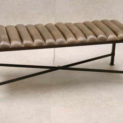 Banqueta Danubio H-45 con tapizado acanalado sintetico marron estructura en negro 120x45