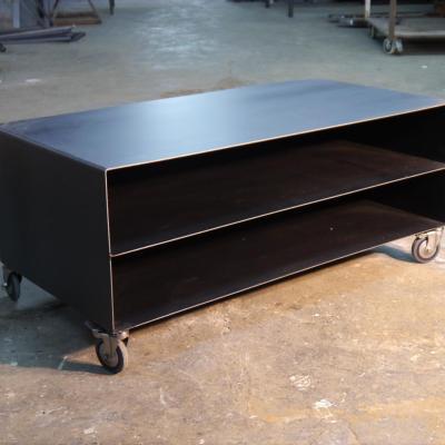 Mesa TV Llança con estante y ruedas acabado hierro barnizado 140x80cm H-55