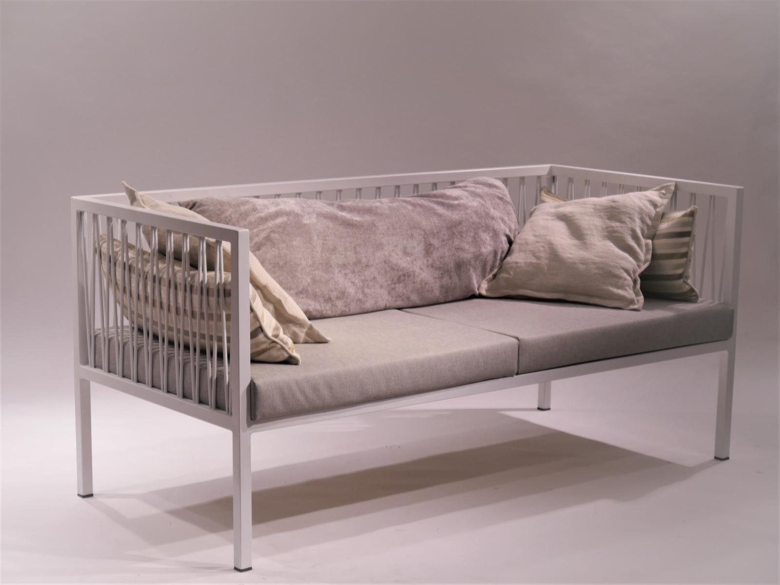 Sofa Montsant estructura de hierro lacado blanco con cojines