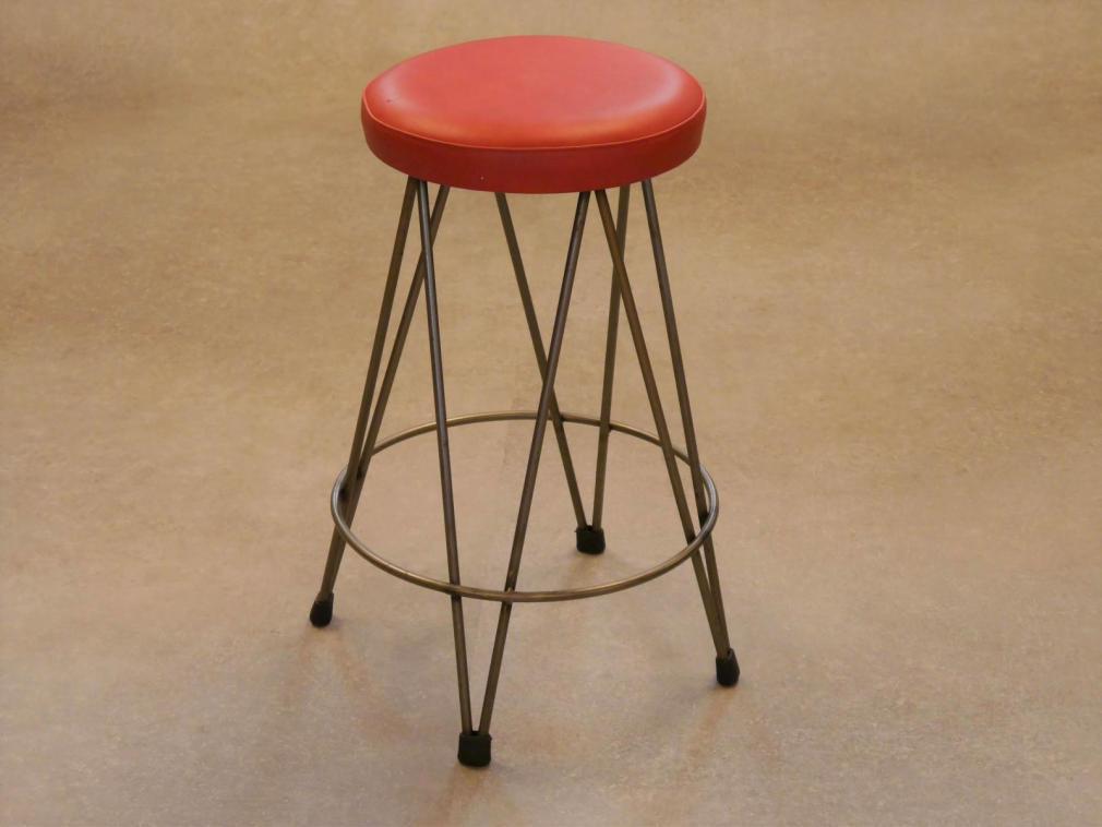 Taburete Dopey 60 hierro barnizado asiento cuero rojo a la cera