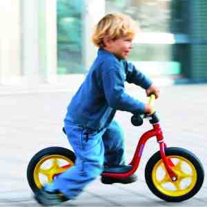 Dziecko na rowerze biegowym Puky