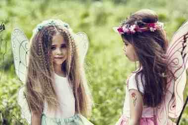 Dwie dziewczynki przebrane za wróżki.