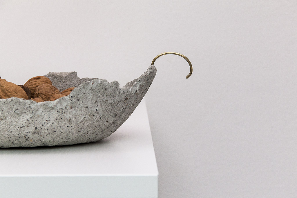 Narciso Concrete Vase With Brass Handle Detail Image