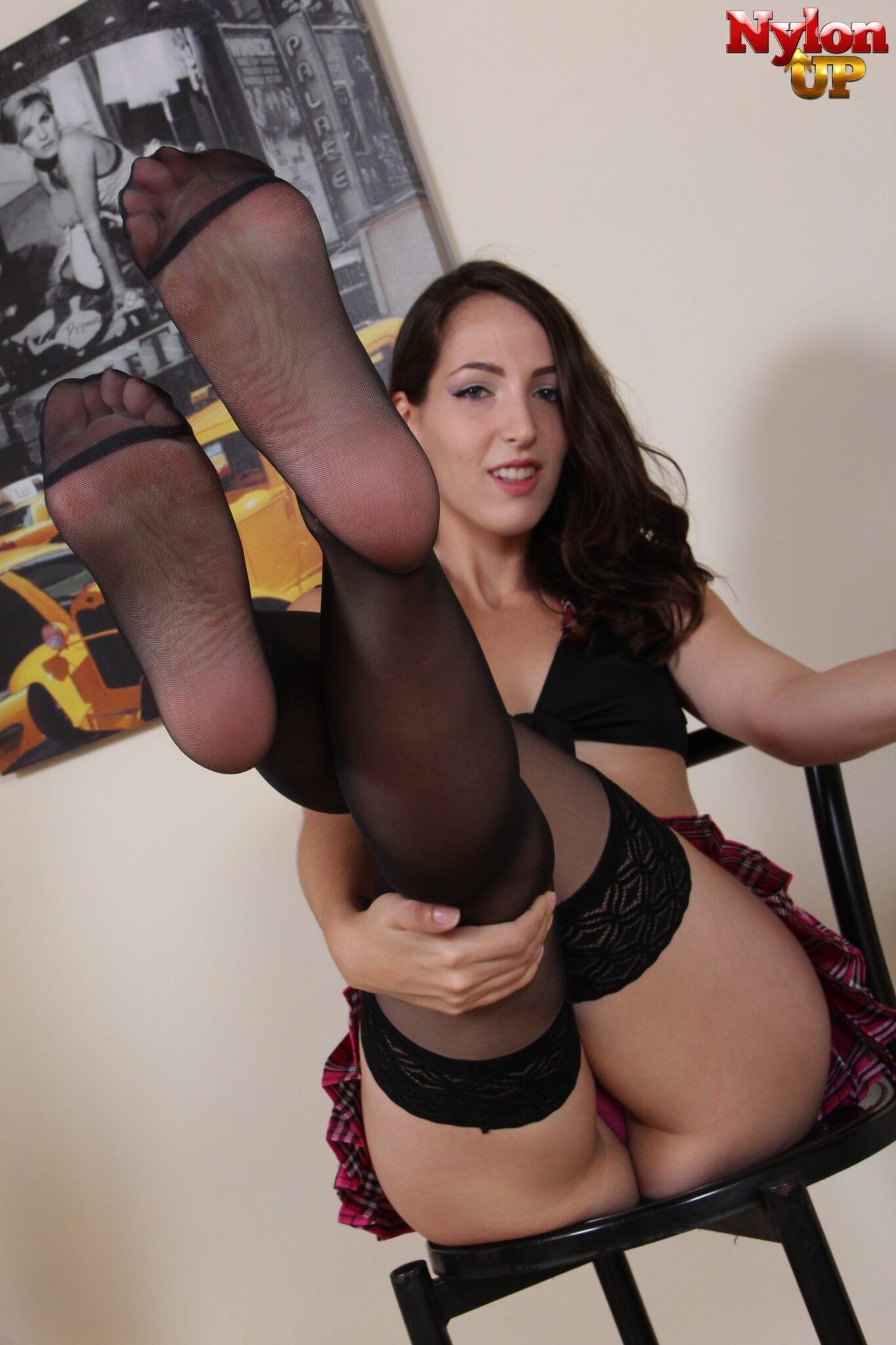 Liz-Rainbow-Feet-3210921