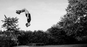 Jongen vliegt ondersteboven