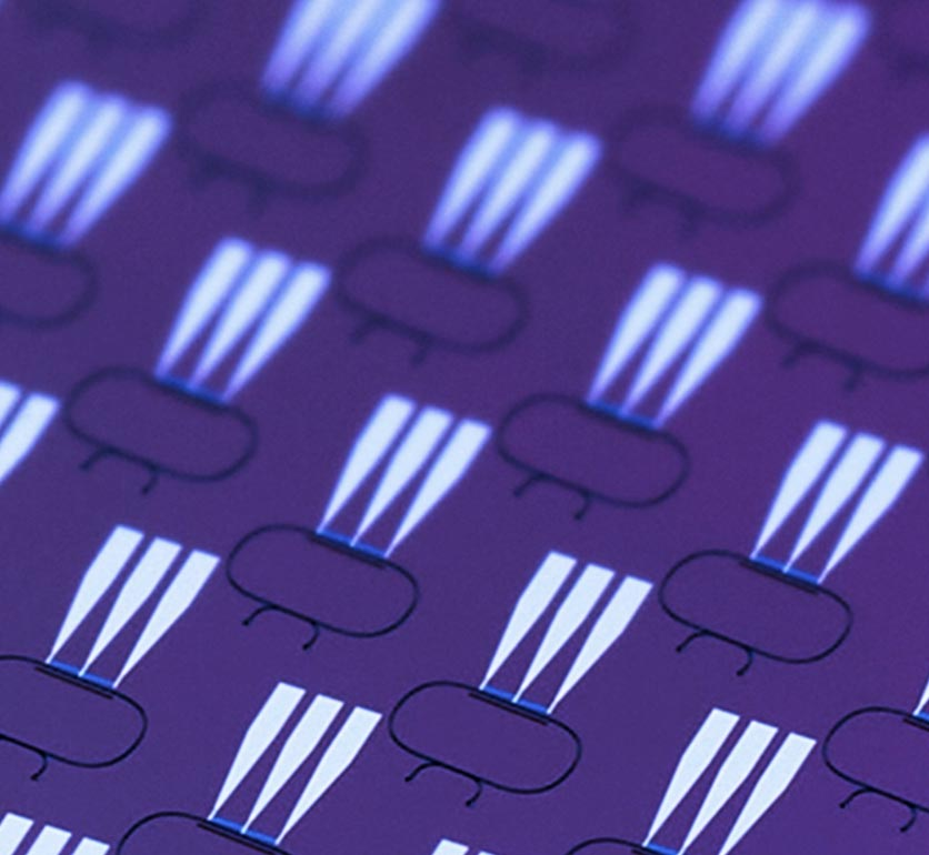 Aisladores ópticos en chip para longitudes de onda de 780 nm y 1550 nm, fabricados en niobato de litio en la Universidad de Illinois Urbana-Champaign. Crédito: Ogulcan Orsel