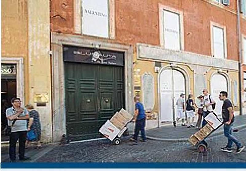 Piazza di spagna pedonalizzata facchini trasportano tutti i carichi a mano  Dago fotogallery