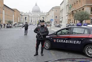 controlli di sicurezza a piazza san pietro dopo gli attentati di parigi