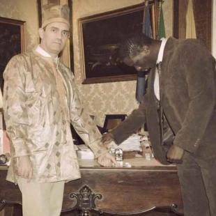 LUIGI DE MAGISTRIS INDOSSA I VESTITI DI UN IMMIGRATO SENEGALESE NEL CALENDARIO DIVERSAMENTE UGUALI