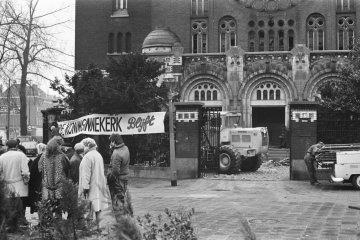 Spandoek op Koninginnekerk te Rotterdam, spandoek op kerk, foto: Rob Mieremet, Nationaal Archief / Anefo, licentie: CC-BY