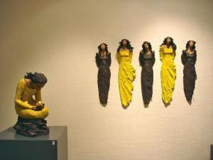Ingun Dahlin utstilling gul svart veggdame gullperle