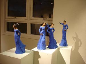 Ingun Dahlin blå stående dame utstilling