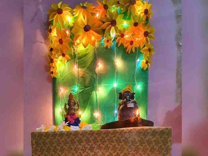 ગોધરાના મિહિર ભાઈ પાઠકે ઘરે ગણેશની મૂર્તિ સાથે બાળકોએ બનાવેલા માટીના ગણપતિની પણ સ્થાપના કરી હતી