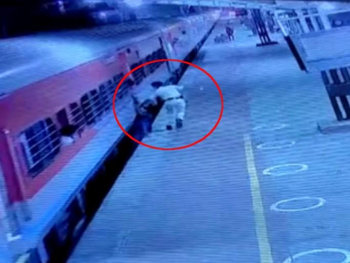 RPF જવાન એક ક્ષણનો પણ વિચાર કર્યાં વિના ટ્રેનની પાછળ દોડ્યો