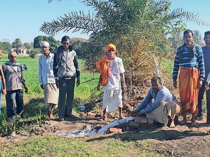 સંગ્રહ કરી ખેતર સુધી પહોચાડાયેલું તળાવનું વેસ્ટ વહેતું પાણી. - Divya Bhaskar
