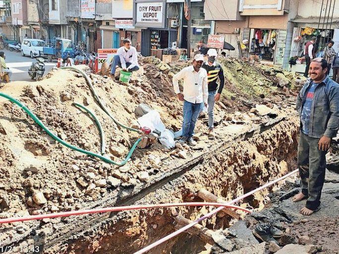 દાહોદમાં ચાલતા ખોદકામ દરમ્યાન પાણીની પાઈપ ફાટી હતી. - Divya Bhaskar